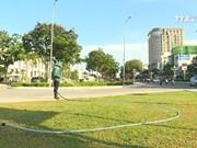 园林工人长期高温作业  守护好城市绿色空间