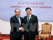 越南政府总理阮春福会见老挝政府总理通伦•西苏里