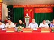越南祖国阵线中央委员会主席阮善仁会见茶荣省选民