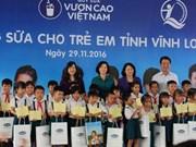 越南国家副主席邓氏玉盛参加向永隆省儿童赠送牛奶活动