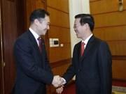 越共中央宣教部部长武文赏会见日本自由民主党青年局局长铃木浅野