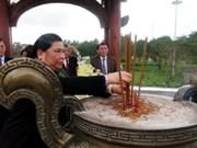 越南国会常务副主席丛氏放赴广治省向英雄烈士敬香