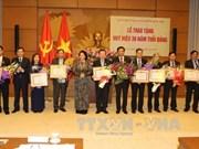 越南国会办公厅党部荣获30周年党龄党徽和纪念章