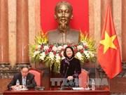 国家副主席邓氏玉盛会见越南橙剂受害者协会代表
