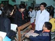 """日本首相夫人访问河内康复医院 会见参与""""东南亚与日本青年船计划""""的越南代表"""