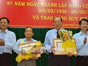 胡志明市市委向2760名党员授予党龄纪念章