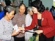 国家副主席邓氏玉盛向永隆省优抚家庭送上新春祝福