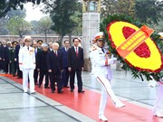 越南党和国家领导人拜谒胡志明主席陵墓 向英烈纪念碑敬献花圈