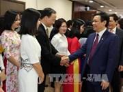 """越南政府副总理王廷惠来到两家银行""""冲年喜"""""""