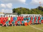 越南谅山省足球队与中国凭祥市足球队友谊赛在谅山省举行