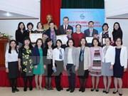 """越南妇女联合会向国内外专家授予""""致力于越南妇女的发展""""纪念章"""