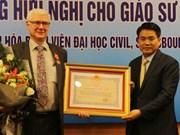 法籍教授荣获越南国家主席的友谊勋章