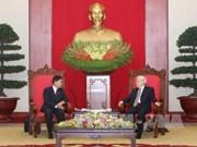 越共中央总书记阮富仲会见万象市委书记兼市长辛拉冯·库派吞