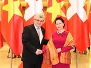 国会主席阮氏金银与瑞士联邦院议长伊沃·比绍夫贝尔格举行会谈