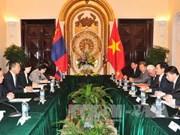 越南政府副总理兼外交部长范平明同蒙古外长蒙赫奥尔吉勒举行会谈