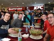 """""""巨碗河粉""""竞吃比赛在俄罗斯举行  许多俄罗斯人报名参赛"""
