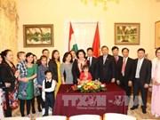 越南国会主席阮氏金银会见越南驻匈使馆工作人员及旅居匈牙利越南人