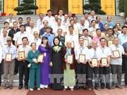 越南国家副主席邓氏玉盛会见后江省革命有功者代表团