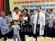 国家副主席邓氏玉盛看望慰问贫困唇腭裂儿童患者