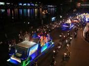 岘港市环城巡游活动热闹登场