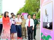 """""""胡志明主席永远活在越南人心中""""图片展在胡志明市开幕"""