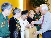 越南国会副主席汪朱刘会见河静省为国立功者代表团