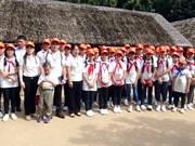 旅居海外越南人国家委员会领导与越裔老挝儿童会面