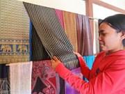 2017年庆和省芽庄海洋节:占族同胞陶瓷和锦缎展览会举行