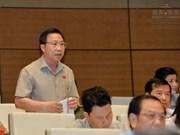 越南国会代表在质询政府成员活动前准备好质询内容