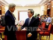越共中央经济部部长阮文平与美国高级工作代表团举行会谈