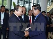 越南政府总理阮春福与柬埔寨首相洪森举行会谈