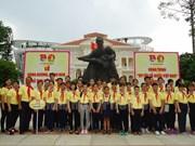 """""""我热爱越南祖国""""旅程吸引100多名青少年参加"""