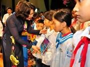 国家副主席向兴安省贫困学生赠送礼物