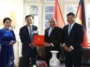 越南政府总理阮春福探访越南驻德国法兰克福总领事馆