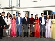 阮春福总理访问越南驻荷兰大使馆