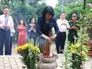 越南伤残军人纪念日70周年:越南国家副主席邓氏玉盛在昆岛行杨烈士陵园敬香