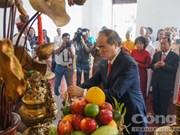 胡志明市领导人向各位英烈敬香