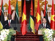 越南政府总理阮春福与莫桑比克总理举行会谈