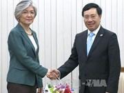 第50届东盟外长会议: 越南外长会见日本和韩国代表团团长