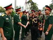 外国驻越国防武官走访炮兵军官学校