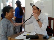 越裔柬埔寨医生协会为贫困群众开展免费送医送药活动