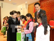越南国会主席阮氏金银会见全国各地200名少年儿童模范代表
