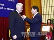 越南向土耳其总理比纳利·耶伊尔德勒姆授予致力于越南社会科学事业纪念章