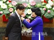国家副主席邓氏玉盛向法国教授授予友谊勋章