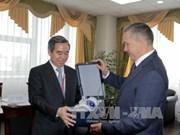 越共中央经济部部长阮文平访问俄罗斯远东地区