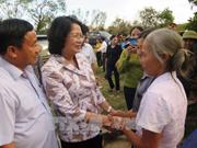 国家副主席邓氏玉盛走访慰问河静省灾民