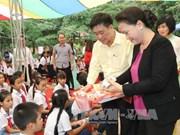 国会主席阮氏金银与宣光省山阳县儿童共度中秋佳节
