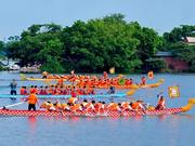 越南河内市安楚坊传统龙舟赛在积水湖热闹开赛