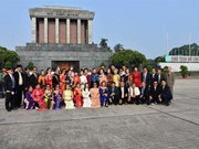 旅居泰国曾担任教师的越侨代表团回国访问
