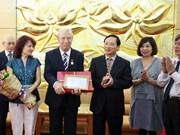"""越南授予保加利亚驻越大使""""致力于各民族和平与友谊""""纪念章"""